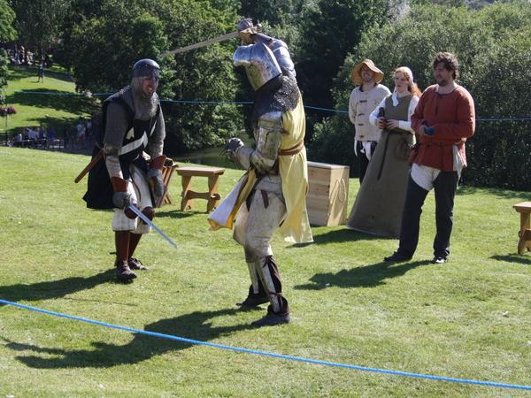 CBB583 The Knights of Longshank re-enact a battle from different eras
