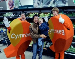 Tesco customer Carley Dickson with son Harrison and the Iaith Gwaith speech bubbles